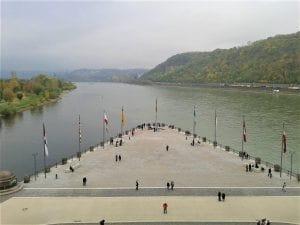 Deutsches Eck Rhein mit Flaggen bei Drachenwolke Geschichten