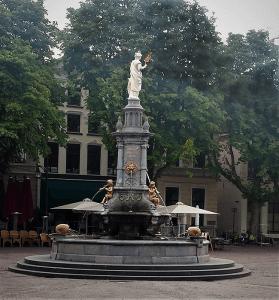 Wilhelmina Brunnen in Deventer bei Drachenwolke Geschichten und Infos über den Rhein