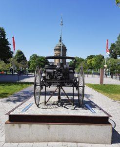 Benz-Denkmal mit Wasserturm in Mannheim