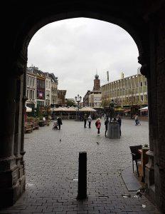 Blick auf den grossen Markt und dem Standbild von Mariken