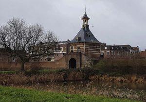 Stadtor von der Meerwede aus in Gorinchem an der Waal /Rhein