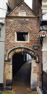 typisch holländisch: Durchgang zum Gästehaus in Gorinchem an der Waal /Rhein