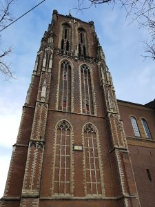 typisch holländisch: Grosse Turm mit Kirche in Gorinchem an der Waal /Rhein