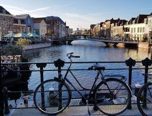 Brücke in Leiden mit Fahrrad