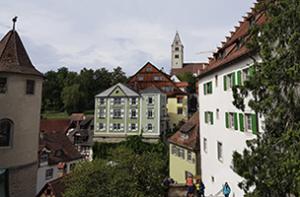 Blick auf die Katholische Kirche und das Zeppelinmuseum in Meersburg