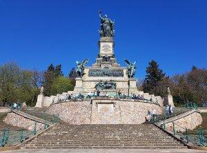Vorderansicht Niederwalddenkmal am Rhein bei Drachenwolke Geschichten