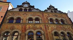Vorderseite des Rathauses in Konstanz mit Malereien