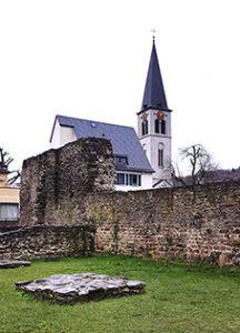 Mauer des Römischen Kastells mit der Christuskirche im Hintergrund
