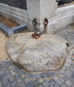 Stein an der Kette in Utrecht bei der Drachenwolke - Sage Utrecht