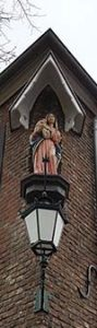 Madonna auf einem Sockel an einer Hausecke in der Altstadt
