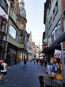 Fußgängerzone mit Geschäften in der Altstadt von Konstanz