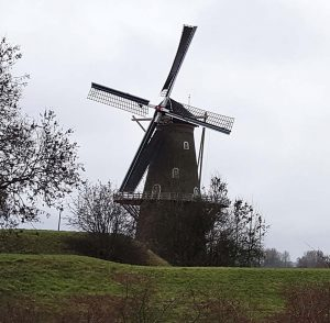 typisch holländisch: Windmuehle de hoop in Gorinchem an der Waal /Rhein